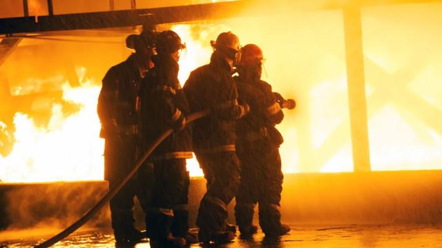 Reforçado combate às chamas no prédio da antiga sede do Banco de Lisboa