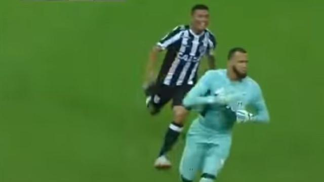 Jogo do Brasileirão teve direito a um golaço de um… guarda-redes