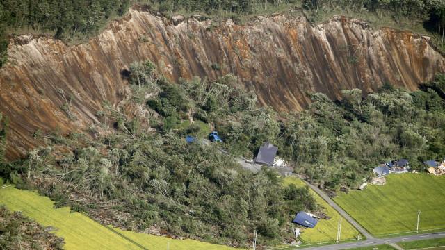 Sobe para nove número de mortos em sismo no Japão