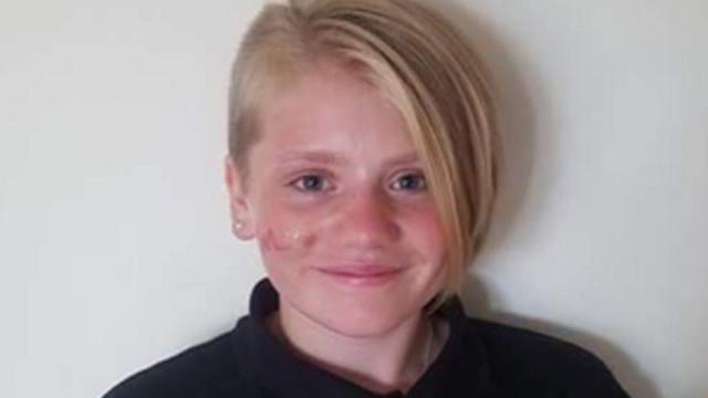 Cortou o cabelo em homenagem à falecida irmã. A escola não gostou