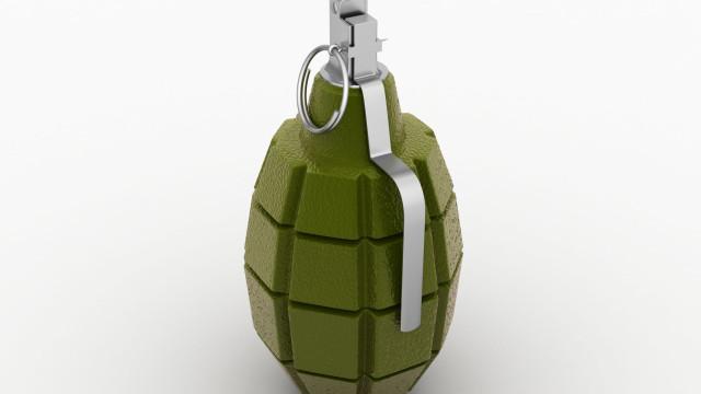 Idosa de 90 anos entra em esquadra da polícia com granada ativa nas mãos