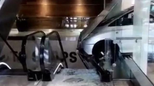 Veículo entra por janela num centro comercial de Londres
