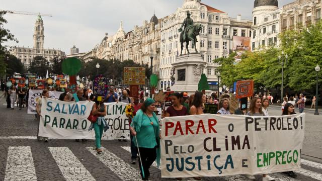 Mil pessoas marcharam no Porto contra prospeção de petróleo no Algarve