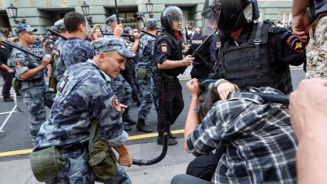 Centenas de manifestantes detidos na Rússia em dia de eleições locais