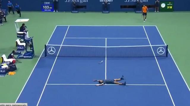 Atirou-se para o chão e... saboreou. O festejo de Djokovic no US Open