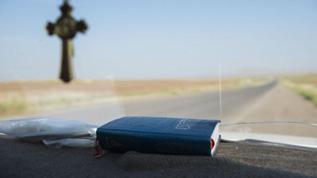 Português detido por conduzir em contramão enquanto lia a Bíblia