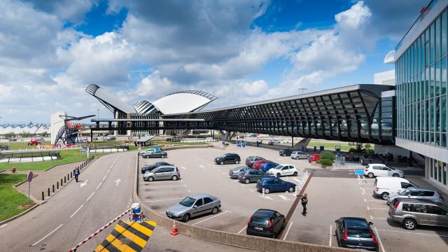 Voos suspensos em aeroporto de Lyon após incidente com automóvel na pista