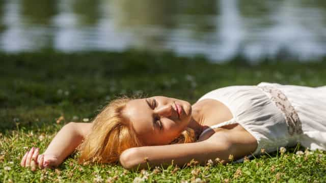 Porque é que nos sentimos cansados depois de muito tempo ao sol?