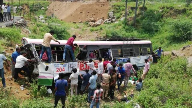 Sobe para 50 número de mortos em acidente com autocarro na Índia