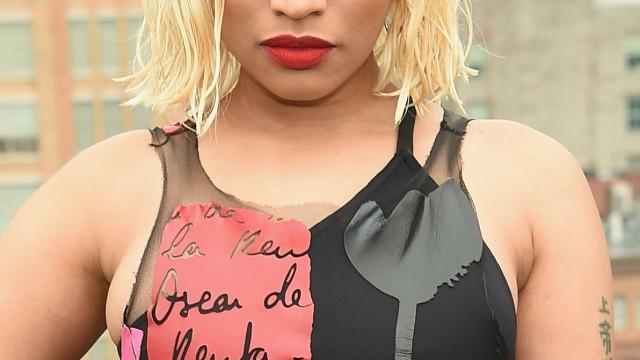 Nicki Minaj mostra (quase) tudo com look transparente