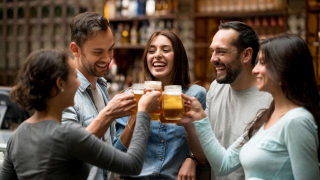 Porque é que os homens 'podem' beber mais do que as mulheres?