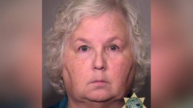 Em tribunal, escritora acusada de matar o marido diz-se inocente