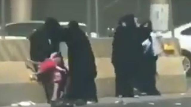 Mulher deixa cair criança várias vezes em luta com outras quatro em Riade