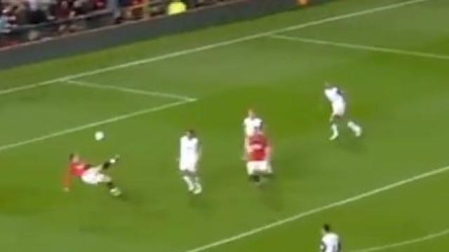 Há dez anos Berbatov estreava-se no United com este golaço
