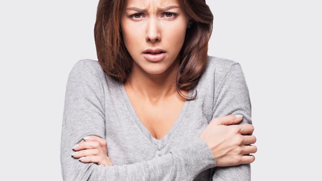 Sim, as mulheres sentem mais frio do que os homens. Entenda o motivo