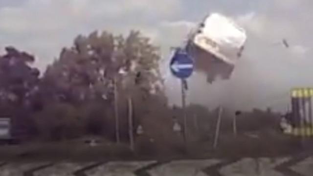 Carrinha 'voa' por cima de rotunda no Reino Unido