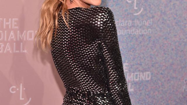 Candice Swanepoel arrasa com vestido justo três meses após dar à luz