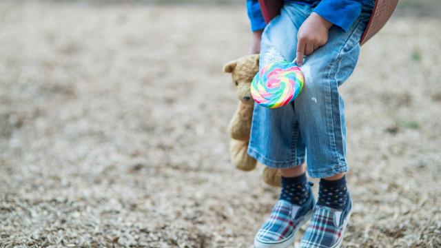 Mãe detida por abusar da filha de nove anos juntamente com amigo