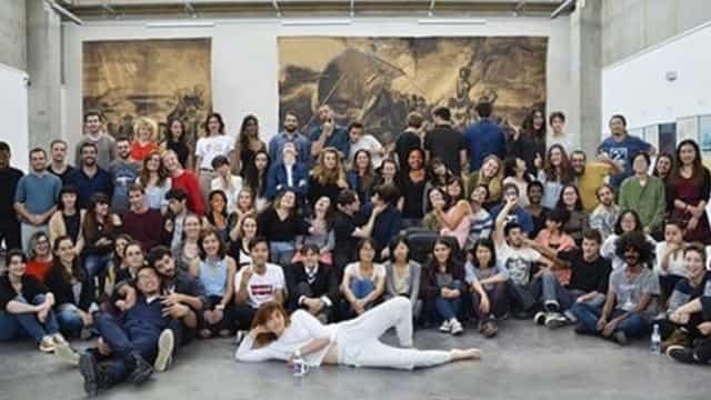 Escola escurece pele a alunos em fotografia para aparentar diversidade