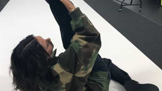 Victoria Beckham volta a mostra flexibilidade em momento especial