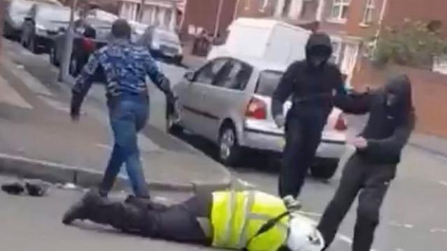 Gang mascarado agride polícia de trânsito e rouba-lhe mota no Reino Unido