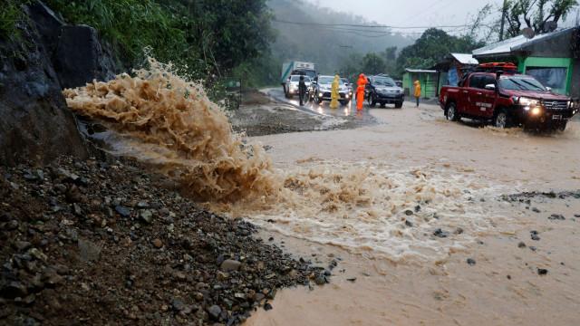 Tufão Mangkhut provoca derrocada no sul da China