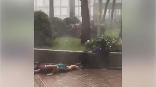 Pai e filho projetados pela fúria dos ventos do furacão Mangkhut