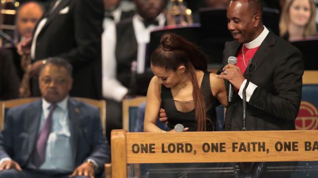 """Apalpão de bispo foi """"acidental"""". Ariana Grande não apresenta queixa"""