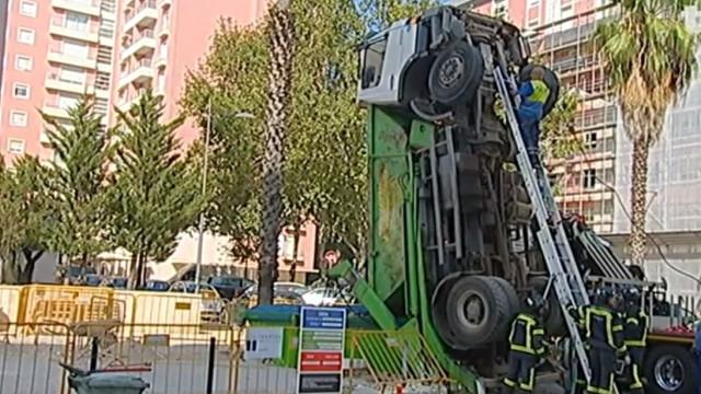 Erro do condutor ou falha mecânica na origem de tombo de camião