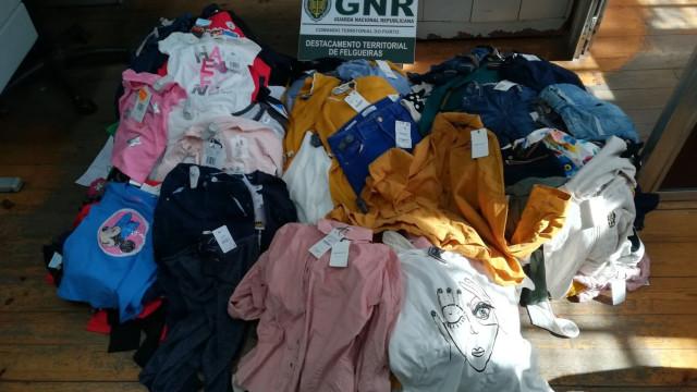 Mulher vendia roupa com alarmes de segurança em feira