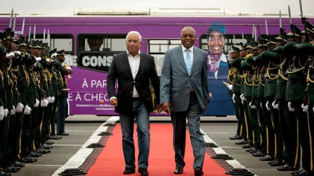 Costa chegou a Luanda de calças de ganga e sem gravata