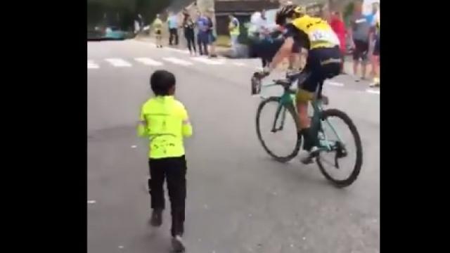 La Vuelta: Ciclista e pequeno adepto protagonizam momento que já é viral