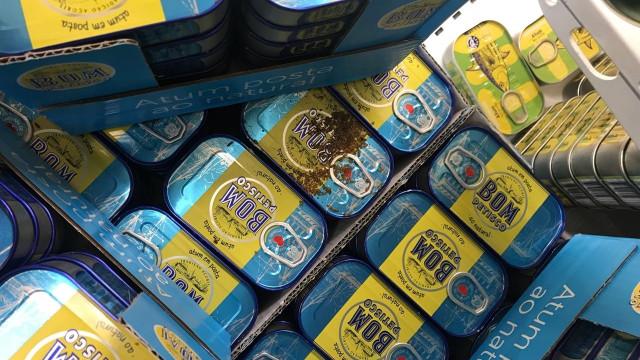 Larvas junto a latas de atum. Hipermercado apura responsabilidades