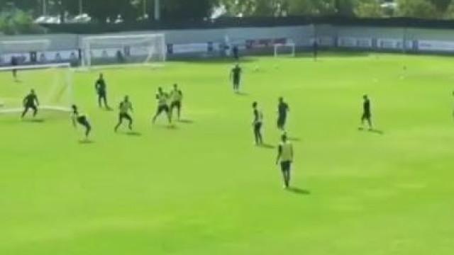 Vitor Hugo marca golaço no treino da Fiorentina ao 'jeito' de CR7