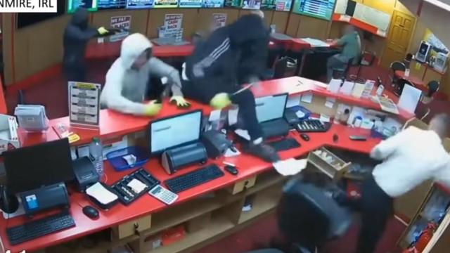 Idoso de 83 anos ajuda a afugentar três homens armados em loja