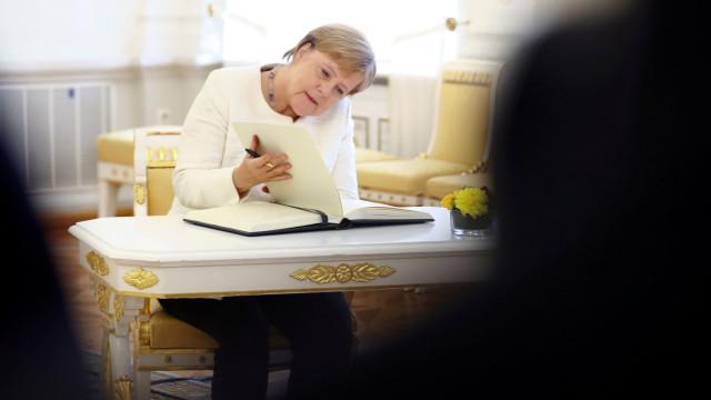 Merkel demite chefe dos serviços de informações para salvar a coligação
