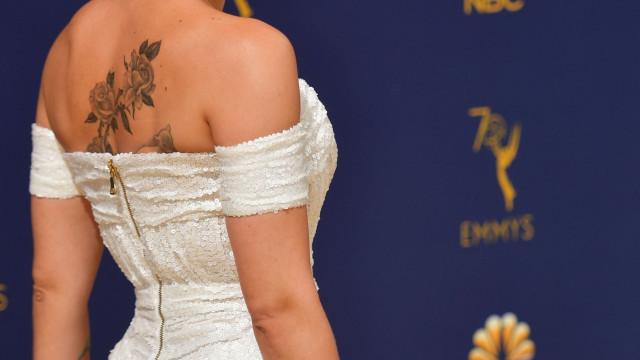 Emmys: Vestido usado por Scarlett Johansson revela a sua enorme tatuagem