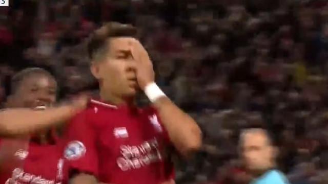 Firmino marca, festeja de forma irónica e deixa Anfield ao rubro