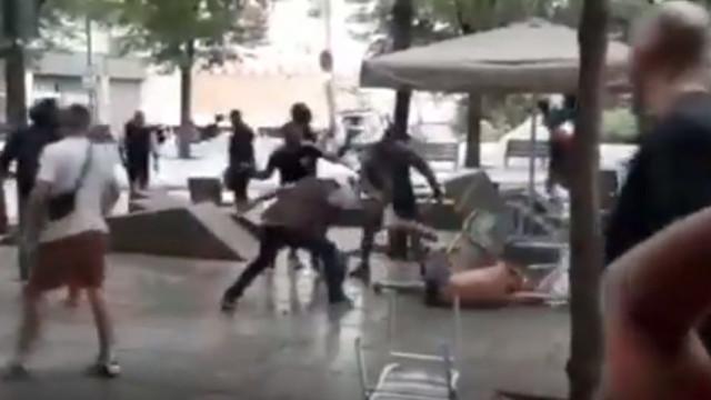 Arrepiante: Hooligans em Barcelona espancam adepto com uma cadeira