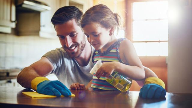 O perigo oculto dos desinfetantes para a saúde das crianças. Atenção