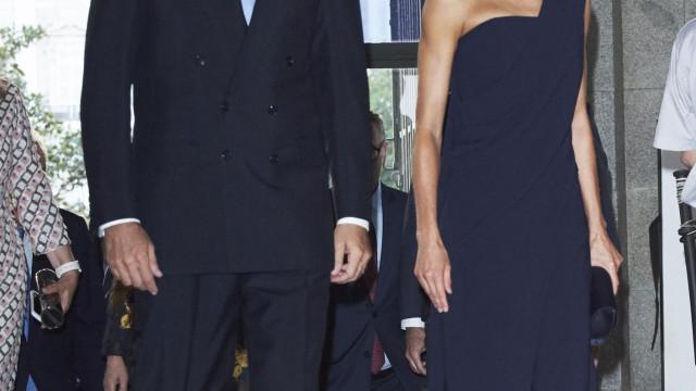 Inspiração romana: Rainha Letizia aposta em vestido com um ombro à mostra
