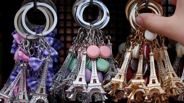 Apreendidas 20 toneladas de miniaturas da Torre Eiffel em Paris