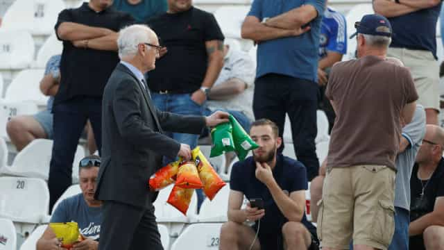 Presidente do Chelsea distribuiu snacks pelos adeptos no estádio do PAOK