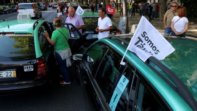 Dezena e meia de táxis com pneus furados em Lisboa