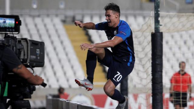 Susto da noite: Jogador festeja golo da vitória e cai num fosso