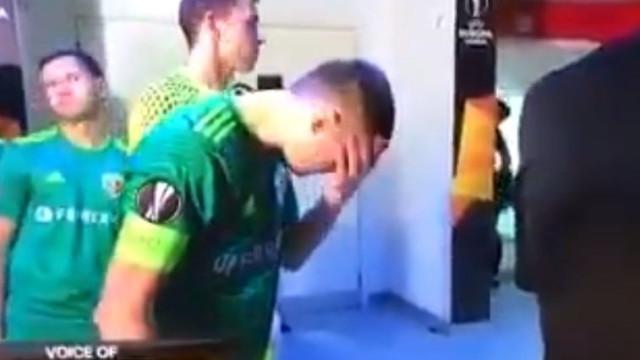 Jogador lava a cara com cuspo antes de defrontar o Arsenal