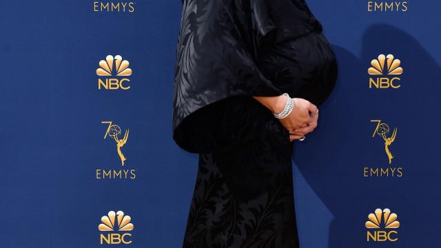 Atriz de 'The Handmaid's Tale' exibe (enorme) 'barriguinha' de grávida
