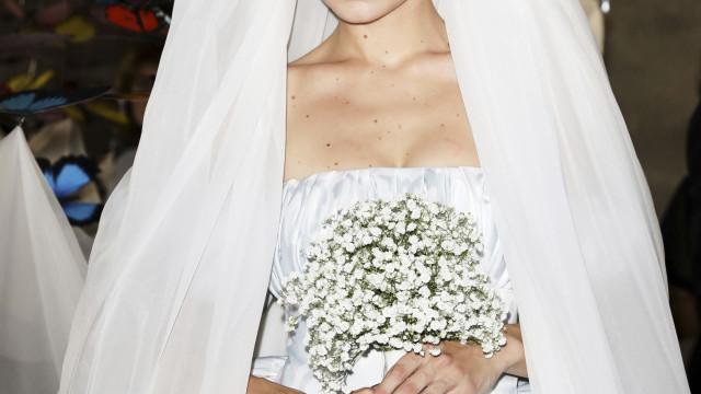 Gigi Hadid arrasa vestida de noiva e com véu gigantesco