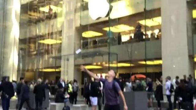 O que acontece quando se atira ao ar um iPhone XS Max? Depende