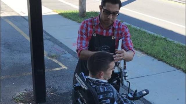Homem que não podia entrar em cabeleireiro recebe corte especial na rua